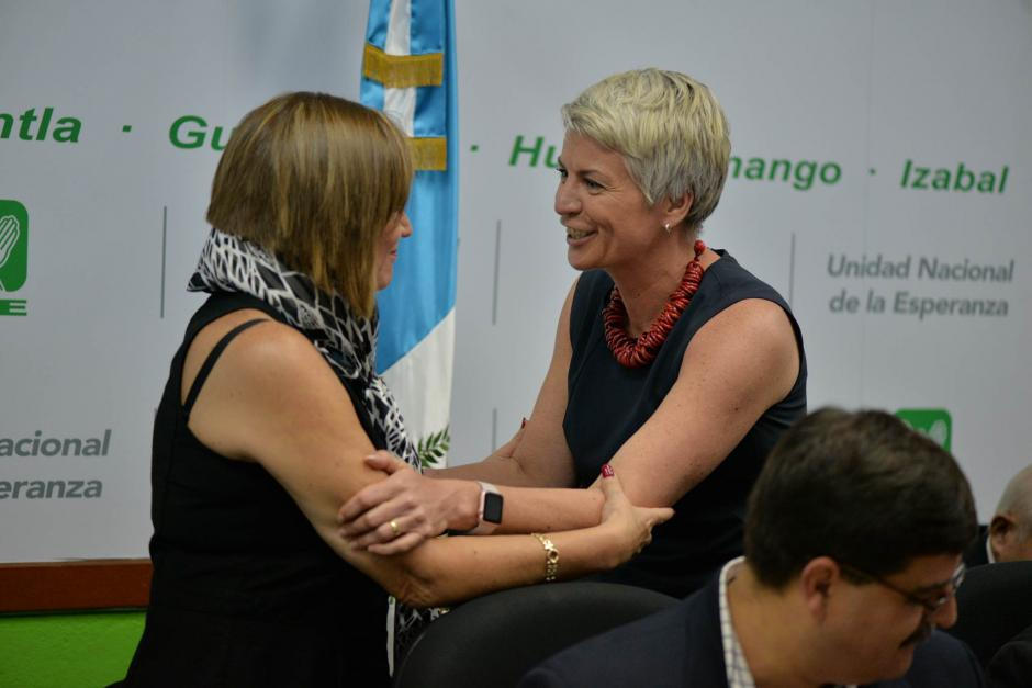 Ambas se saludan al finalizar la citación. (Foto: Wilder López/Soy502)