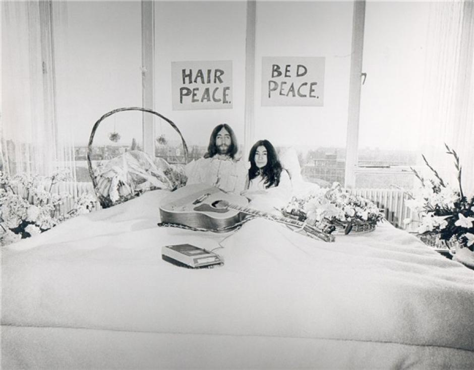 Lennon se separó de los Beatles en el momento de más fama de la agrupación, y muchos culparon a su pareja, la artista, Yoko Ono, por el rompimiento de la banda más famosa del siglo XX.