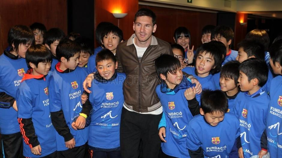 Messi compartió en el Camp Nou con los jóvenes japoneses. (Foto: Miguel Ruiz/FCB)