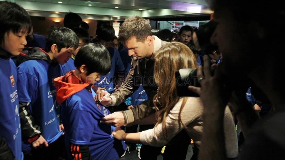 """""""La Pulga"""" firmó autógrafos a los niños que luego podrán ver el juego entre el Barcelona y el Celta de Vigo"""