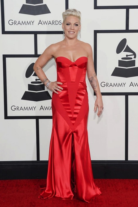 Pink eligió un vestido de Johana Johanna Johnson en rojo. (Foto: Hollywood Life)