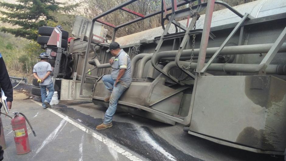 Se reporta el derrame de combustible en el lugar. (Foto: Dalia Santos/Tránsito PNC)