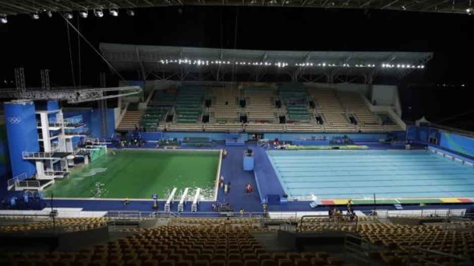 Una piscina olímpica se volvió de color verde por falta de químicos. (Foto: www.infobae.com)