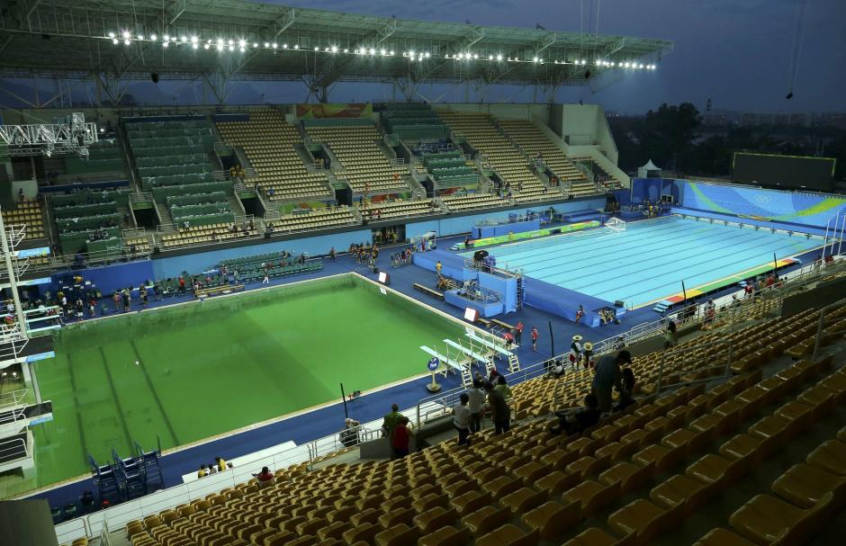 El agua de la piscina olímpica de clavados se ha puesto verde tras una falta de algunos productos químicos que ha modificado el PH del agua. (Foto: actualidad.rt.com)