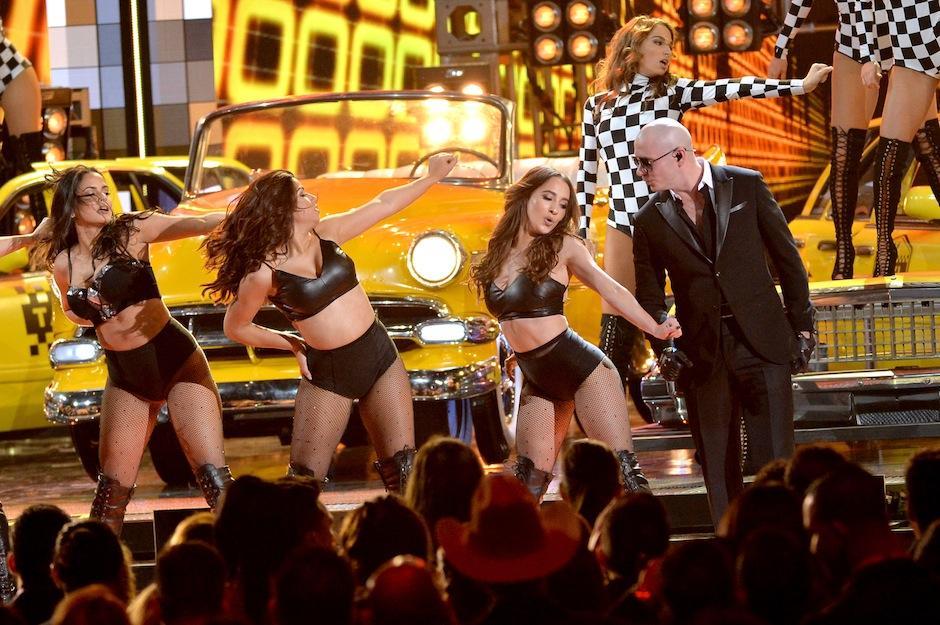 """Pitbull interpretó """"Taxi"""", muy bien acompañado. (Foto: Getty Images)"""