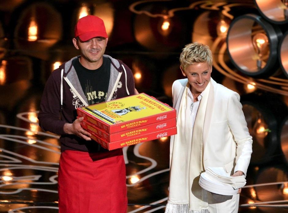 El muchacho repartidor de pizza tuvo sus 15 minutos de fama, al regresar al restaurante fue ovacionado por sus compañeros. (Foto: Slate.com)
