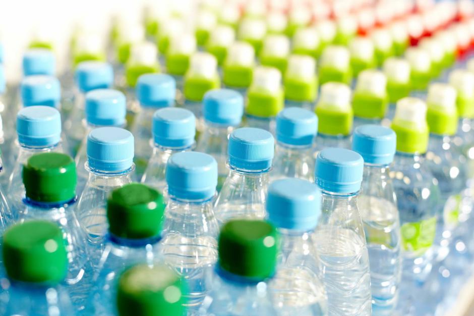 El plástico PET puede tardar hasta mil años en degradarse. (Foto: lahuertinadetoni.es)