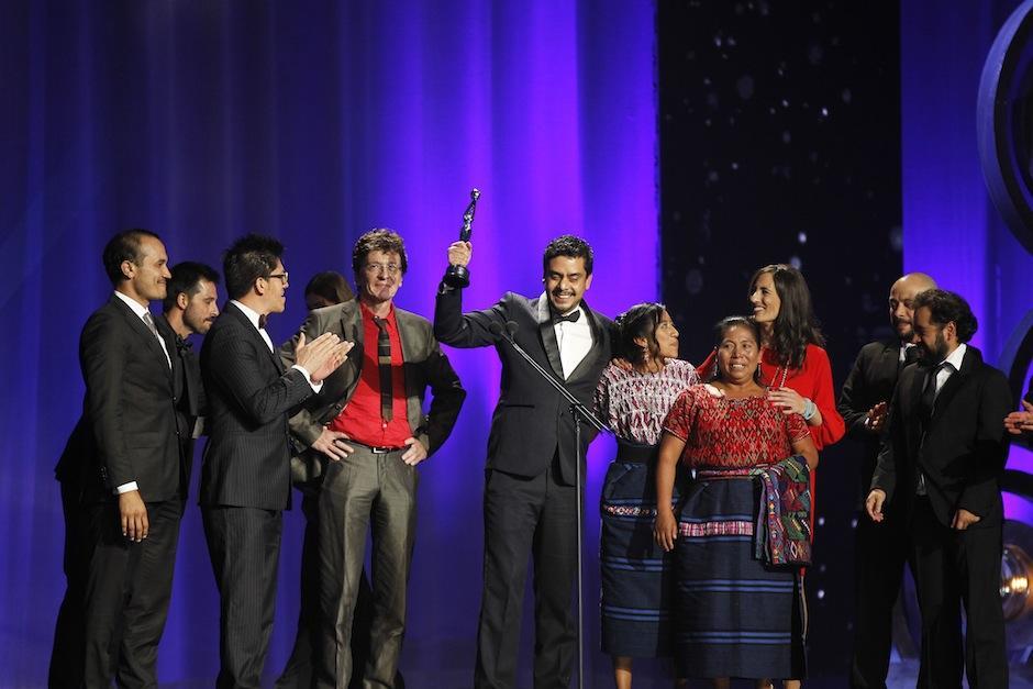 Jayro Bustamante recibe el galardón a Mejor Ópera Prima en los Premios Ixcanul. (Foto: Juan Ignacio Mazzoni/EFE)