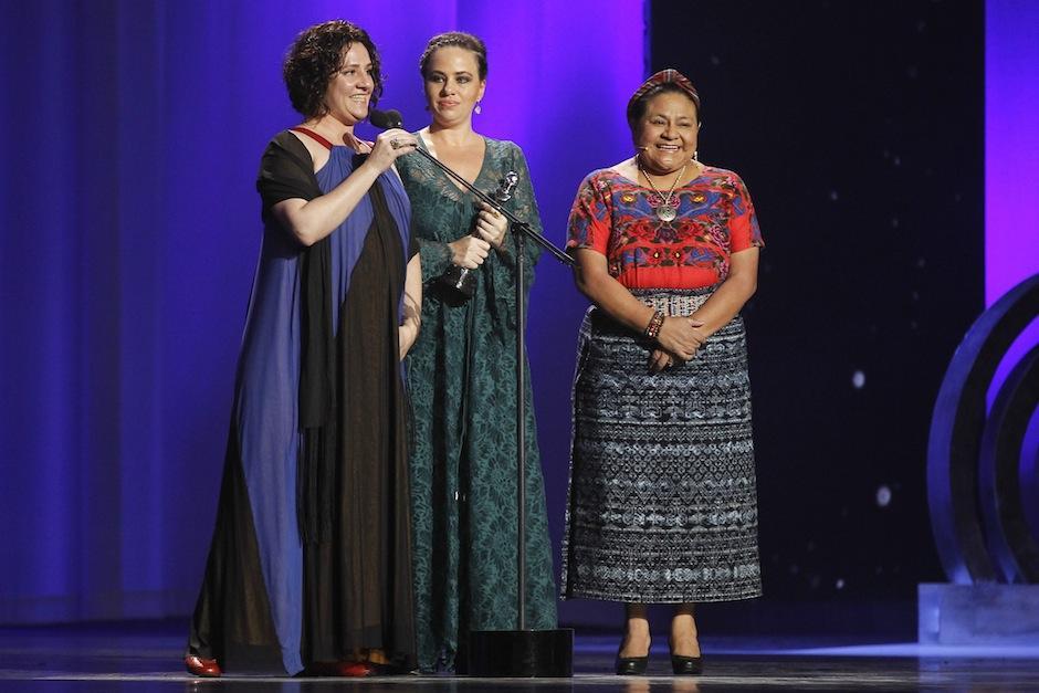 La Premio Nobel de la Paz, Rigoberta Menchú entregó uno de los galardones. (Foto: Juan Ignacio Mazzoni/EFE)