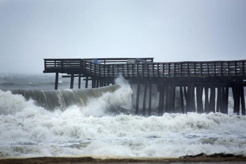 Horas antes de la marea alta, las olas impulsadas por el viento chocan contra un muelle de pesca en Virginia Beach. (Foto: noticias.univision.com)