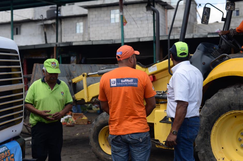 """A los empleados del Ministerio de Comunicaciones y de las empresas subcontratadas para realizar la limpieza de La Terminal, se les entregó una camisa color naranja para """"identificarse"""". (Foto: Esteban Biba/Soy502)"""