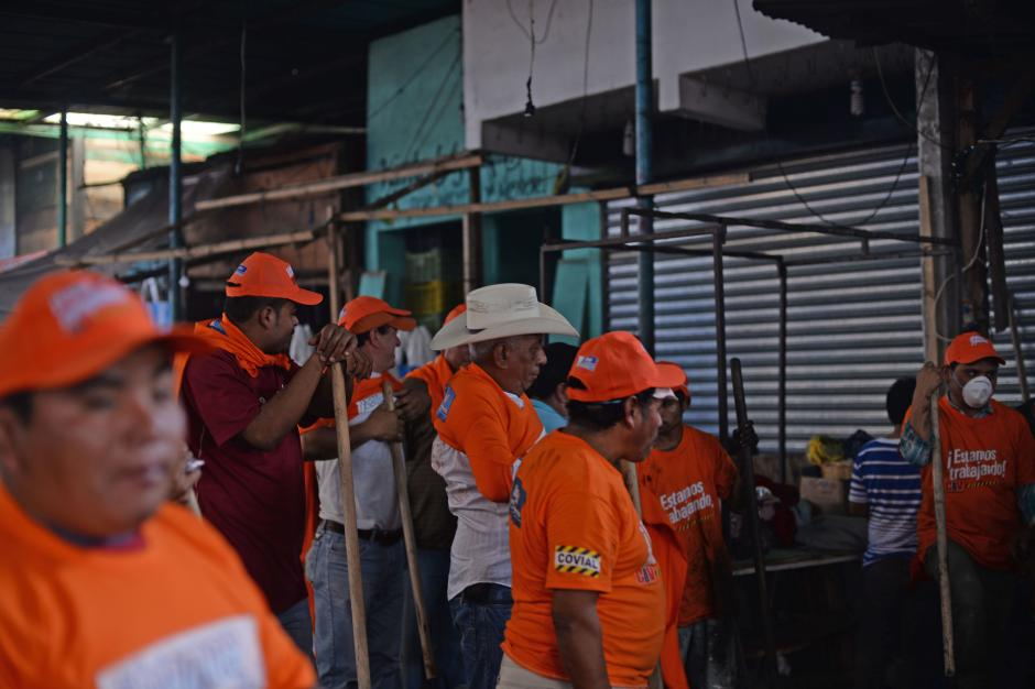 Los empleados contratados para recoger escombros en La Terminal recibieron gorras y playeras naranja. (Foto: Esteban Biba/Soy502)