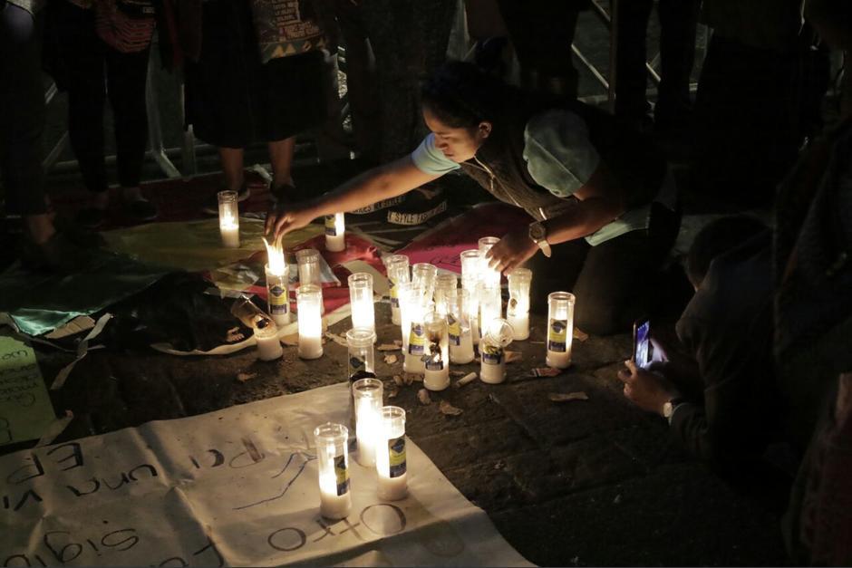 En la Plaza Central durante 9 días consecutivos un altar se ha mantenido por las víctimas. (Foto: Alejandro Balan/Soy502)