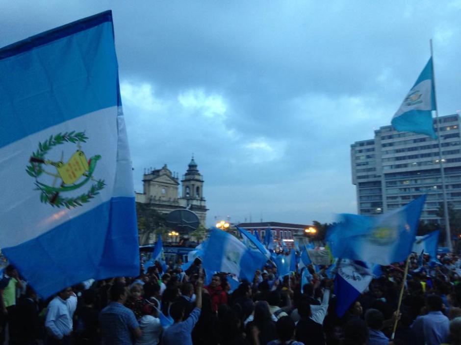 De nuevo los guatemaltecos se ubicaron frente a Palacio Nacional para celebrar. (Foto: Fredy Hernández/Soy502)