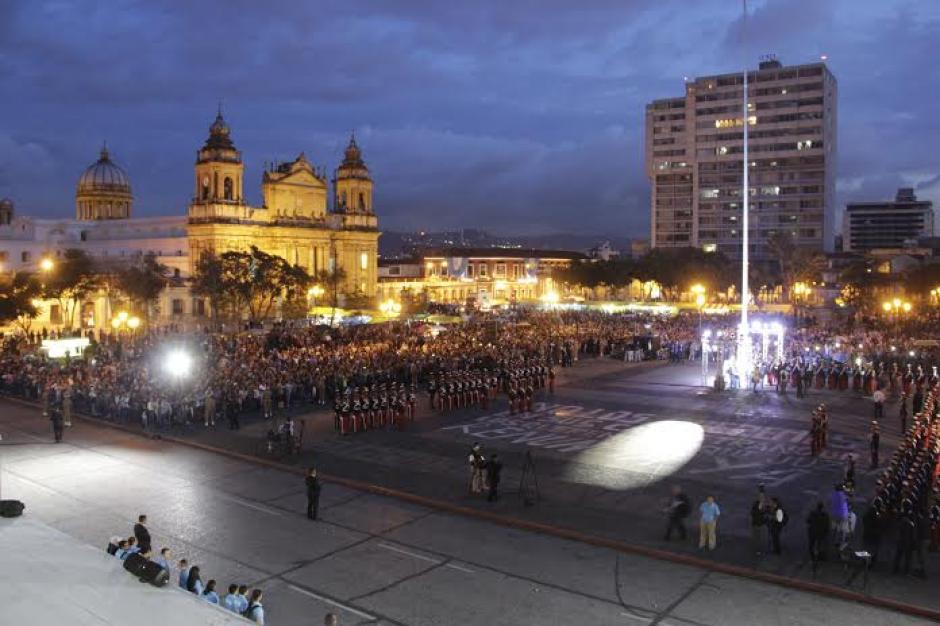 Las luces y la fiesta no se esperaron en la Plaza Central en conmemoración del 194 aniversario de la Independencia. (Foto: Fredy Hernández/Soy502)