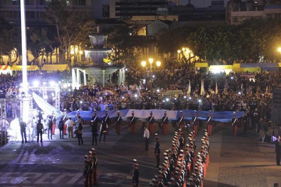 La Bandera Nacional fue izada por miembros de la Escuela Politécnica de Guatemala. (Foto: Fredy Hernández/Soy502)