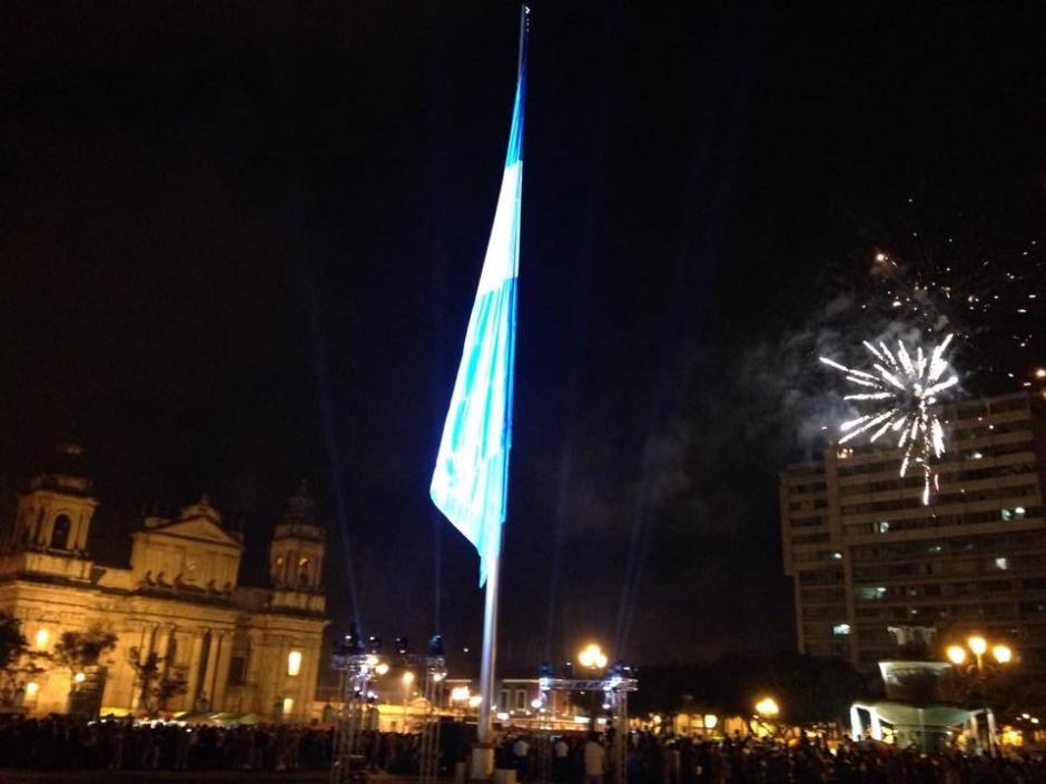 La Bandera Nacional fue izada en el centro de la Plaza Central. (Foto: Fredy Hernández/Soy502)