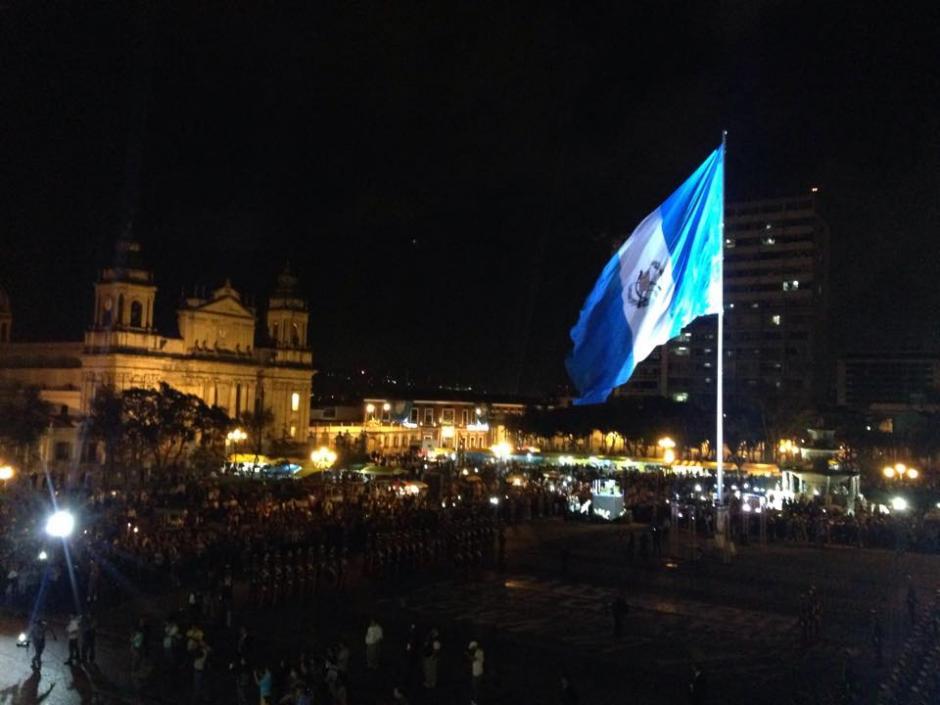 El azul y blanco de la Bandera de Guatemala sobresalía en la Plaza Central. (Foto: Fredy Hernández/Soy502)