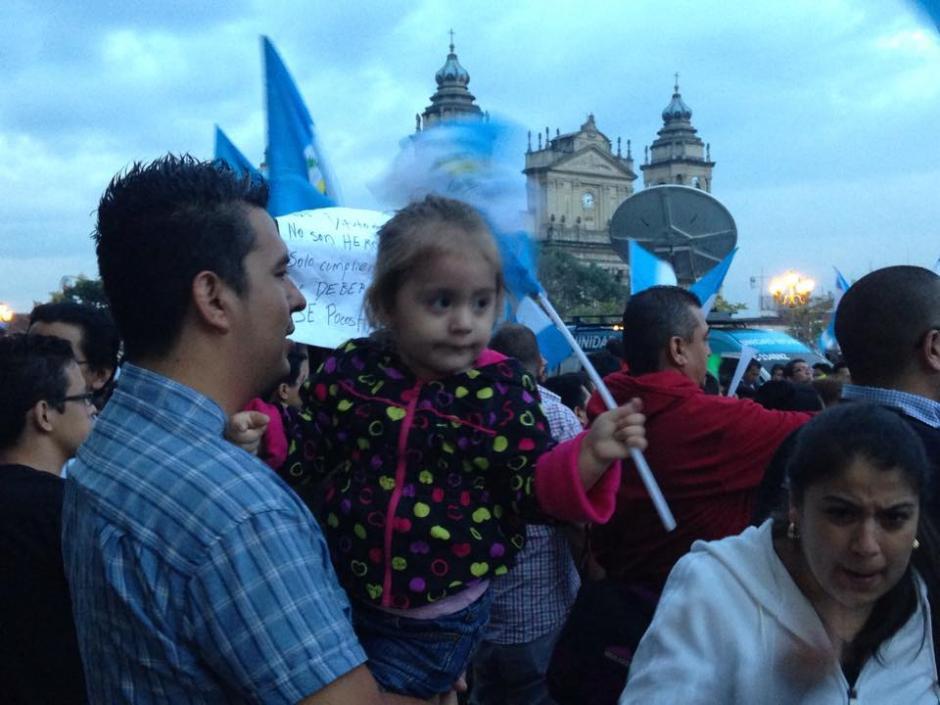 Desde horas de la tarde familias completas se reunieron en Palacio Nacional para celebrar que Otto Pérez perdió su inmunidad. (Foto: Fredy Hernández/Soy502)