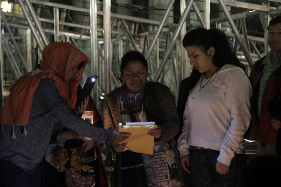 Los manifestantes que piden justicia por las víctimas del incendio piden que no sean retiradas. (Foto: Alejandro Balan/Soy502)