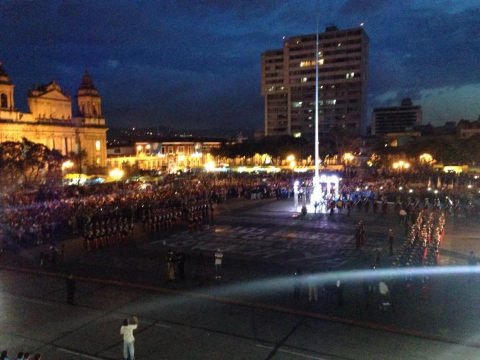 Estudiantes y guatemaltecos de todas clases llegaron al Centro Histórico para conmemorar el 194 aniversario de la Independencia. (Foto: Fredy Hernández/Soy502)