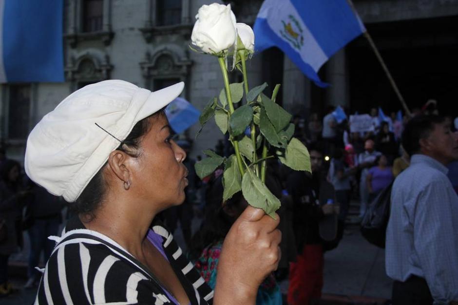 La Plaza Central de nuevo se llenó de alegría y ciudadanos con rosas blancas celebran la noticia. (Foto: Fredy Hernández/soy502)