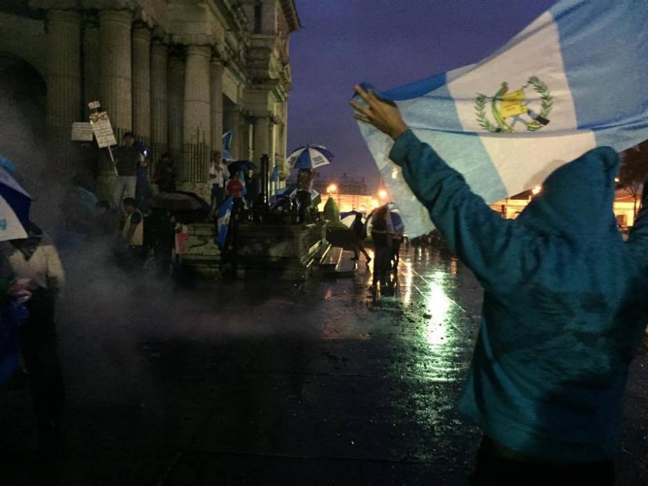 Con banderas de Guatemala los ciudadanos celebran que Otto Pérez Molina perdió su inmunidad. (Foto: José Dávila/Soy502)