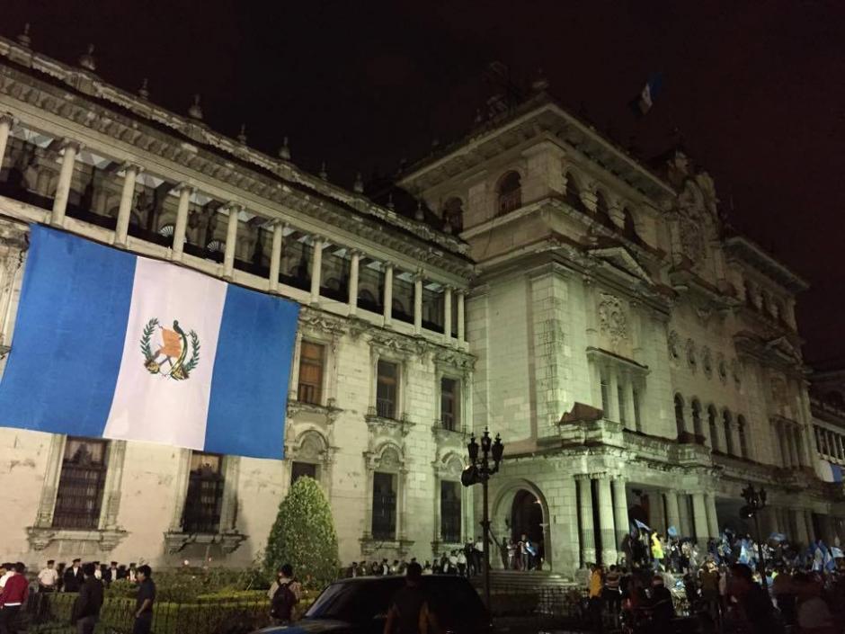 Las banderas nacionales colocadas en Palacio Nacional sirvieron de marco para la celebración. (Foto: José Dávila/Soy502)