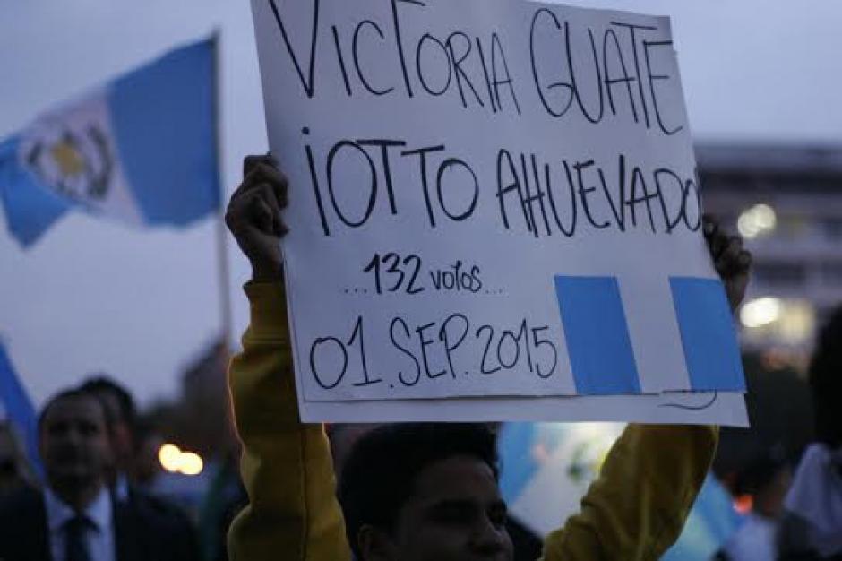 Con nuevas pancartas los ciudadanos se hicieron escuchar. (Foto: José Dávila/Soy502)