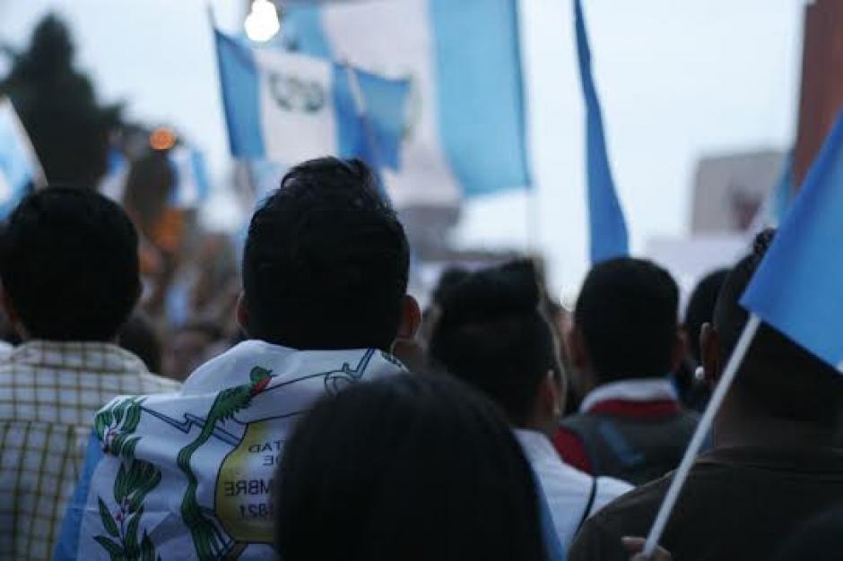 Con banderas azul y blanco llegaron decenas de ciudadanos a la Plaza Central. (Foto: José Dávila/Soy502)
