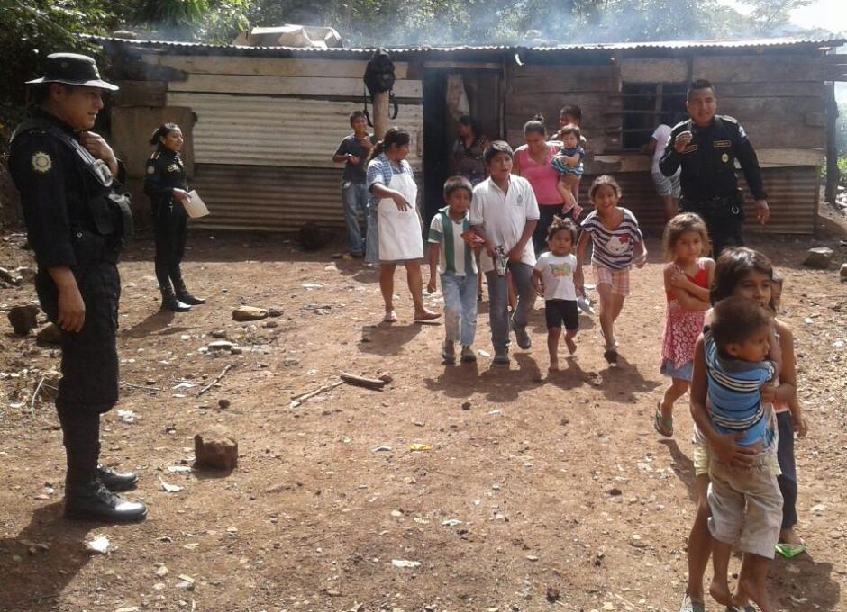 En Cuilapa, Santa Rosa, un grupo de policías regaló juguetes. (Foto: PNC)