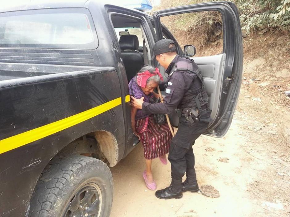 La señora fue transportada en la unidad QUI-064 asignada a la estación de San Andrés Sajcabajá, Quiché. (Foto: Facebook/PNC San Andrés Sajcabajá)