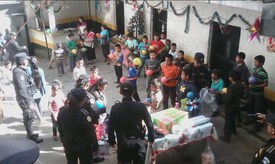 Agentes de la PNC de San Pedro Necta Huehuetenango, realizaron un convivio con niños. (Foto: Twitter/@ToonytoRuiz)