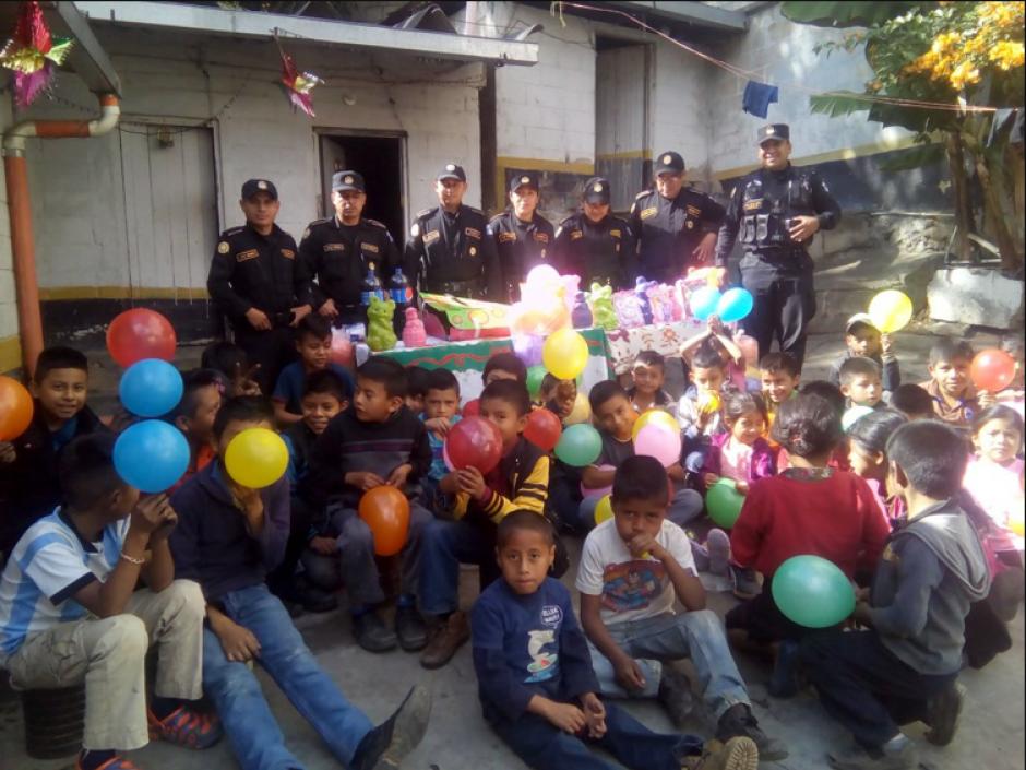 En la actividad los niños recibieron regalos y una refacción.  (Foto: Twitter/@ToonytoRuiz)