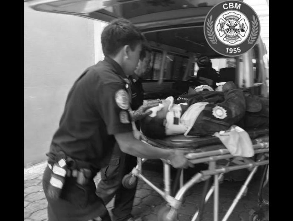 Uno de los policías falleció a su ingreso al IGSS. (Foto: Bomberos Municipales)