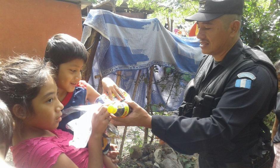 Los agentes de la PNC regalaron juguetes a los niños. (Foto: PNC)