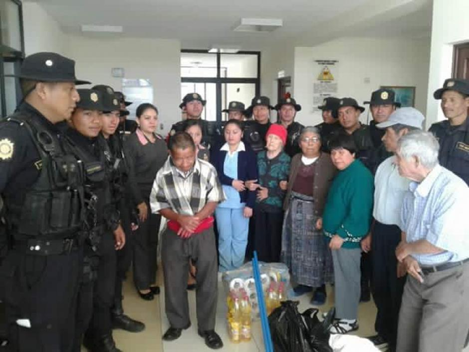 Agentes de la PNC de Huehuetenango entregaron víveres para adultos mayores. (Foto: PNC)