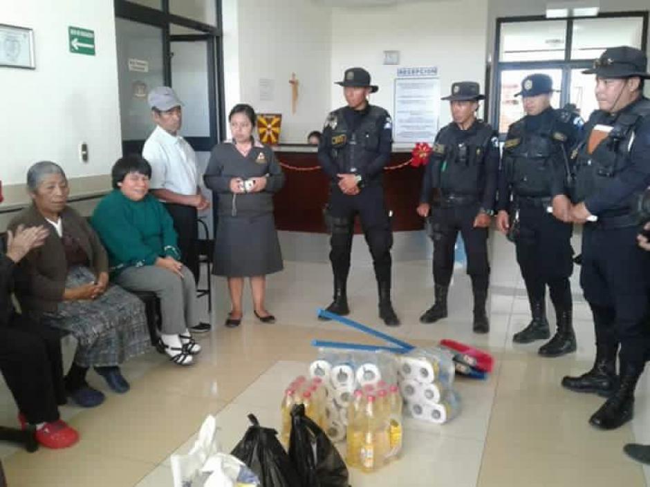Los agentes también llevaron regalos para los adultos mayores de Huehuetenango. (Foto: PNC)