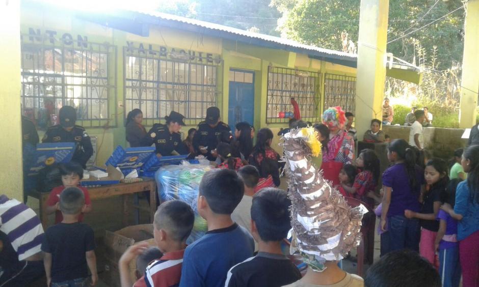 En el cantón Xalbaquiej, Chichicastenango, los niños participaron en un convivio organizado por la PNC. (Foto: PNC)