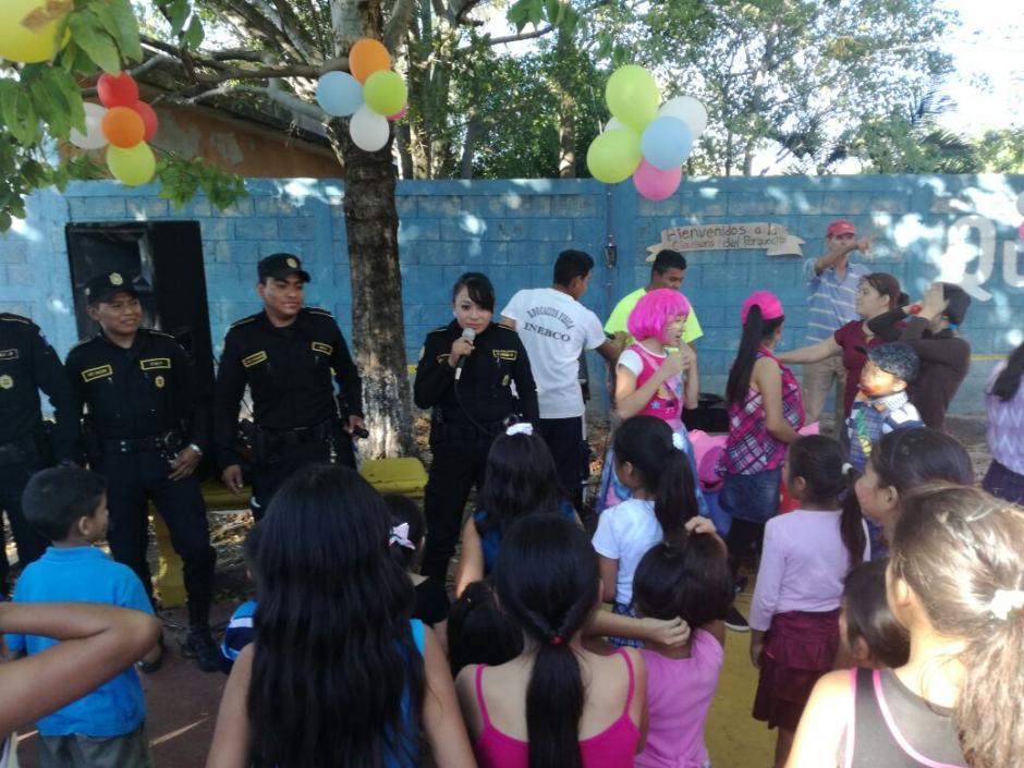 En Escuintla, los agentes de la PNC organizaron una actividad con pintacaritas. (Foto: PNC)