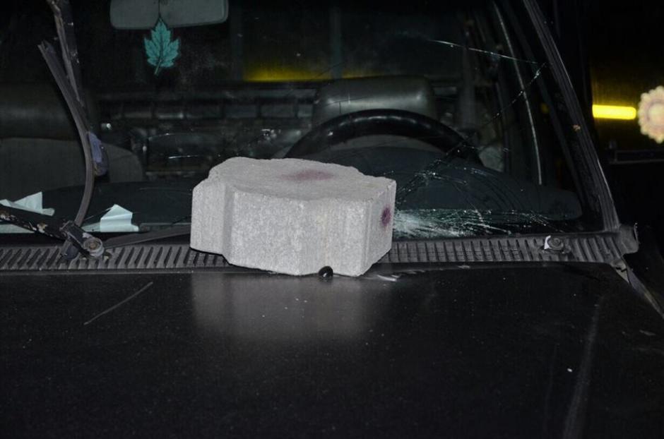 Los agentes fueron recibidos con adoquines. (Foto: Stereo 100/Facebook)