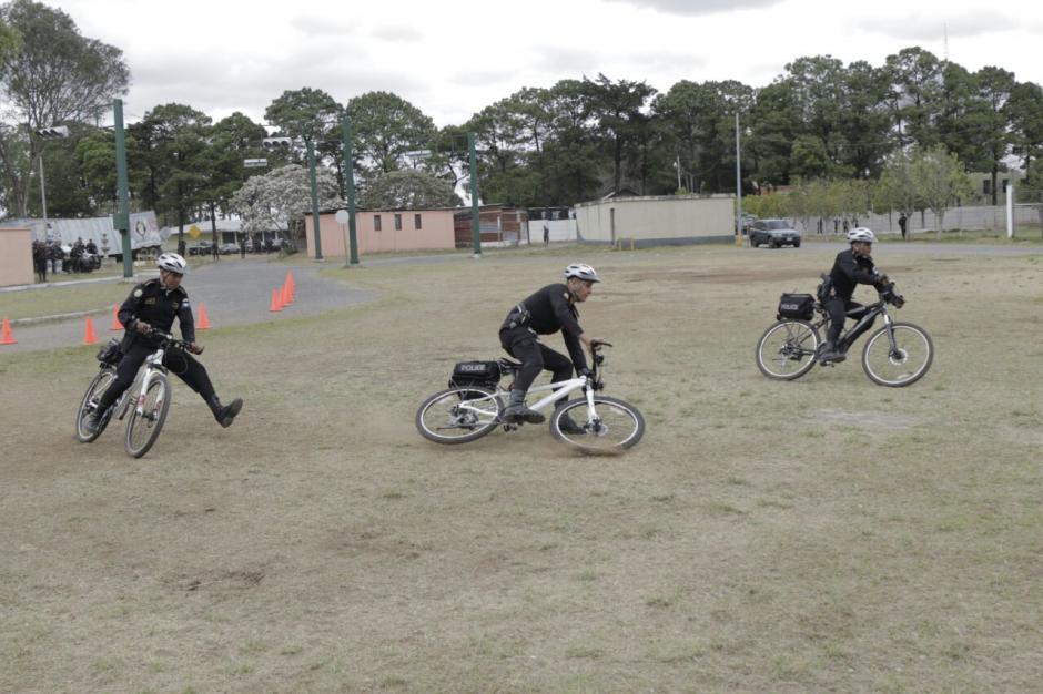Algunos agentes utilizaron bicicletas durante la presentación. (Foto: Alejandro Balán/Soy502)