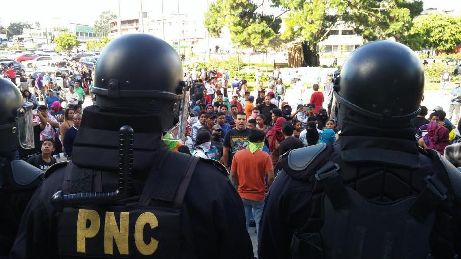 La PNC intervino para evitar que los disturbios continuaran. (Foto: José Miguel Castañeda/Soy502)