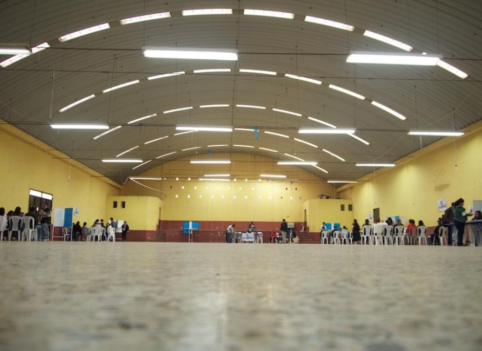 Vista del salón municipal de San Pedro Ayampuc, donde se notó la poca afluencia de votantes. (Foto: Ernesto Abrego/Nuestro Diario)