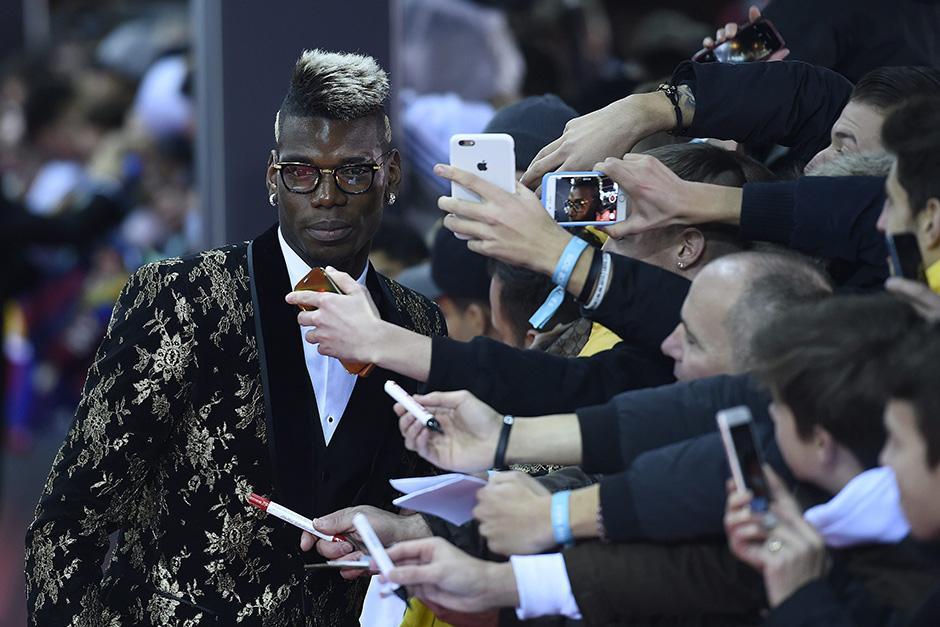 El jugador francés, Paul Pogba, llamó la atención por su atuendo.(Foto: EFE)