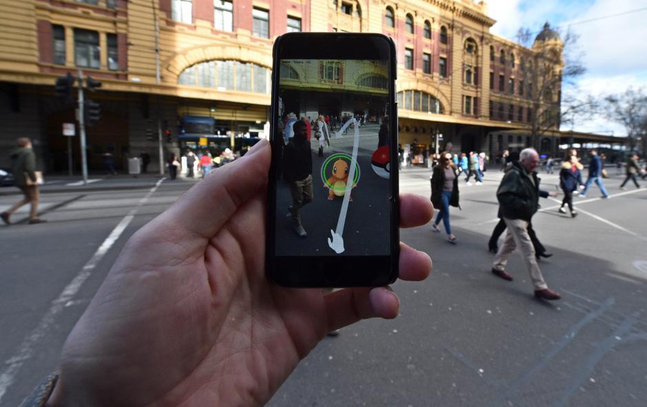 Una persona es vista jugando el nuevo 'Pokemon Go' en su celular en Melbourne (Australia). (Foto: EFE)