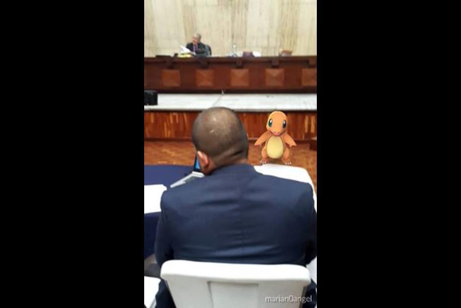 Tal parece que un Charmander custodia que ningún acusado o abogado se acerque al estrado del juez Miguel Ángel Gálvez. (Foto: Facebook Carlos Ángel-Estrada)