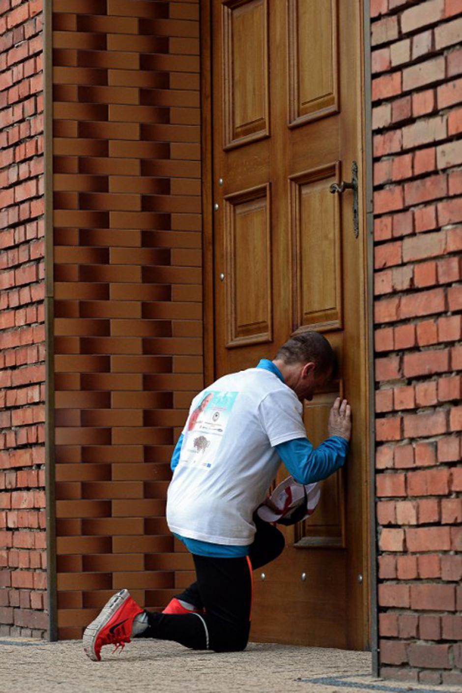 En la iglesia del pueblo norteño de polonia, Burki; Kurlyo realiza una oración antes de partir y continuar con su largo viaje (Foto: AFP)