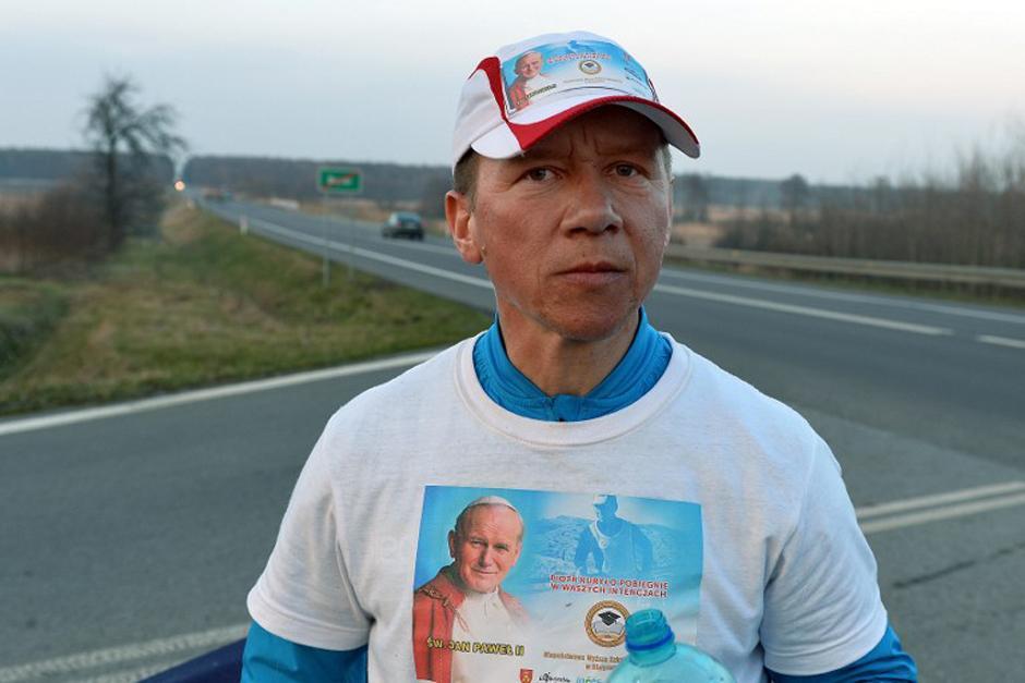 Durante un descanos, Kurlyo muestra su vestimenta protagonizada por la imagen del pontífice Karol Wojtyla, Juan Pablo II (Foto: AFP)