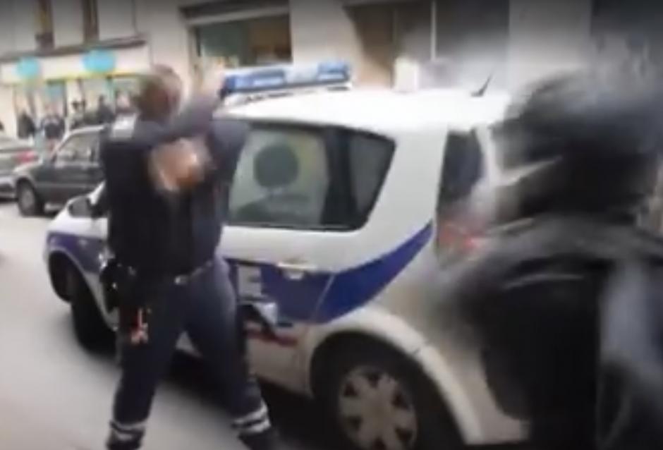 El agente se muestra enfadado ante las acciones del hombre. (Captura de pantalla de RT)